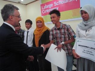 100 Mahasiswa Lhoknga dan Leupung Terima Beasiswa LCI