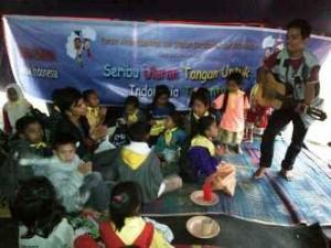 Anak-anak Aceh tengah bermain bersama Kakak Forum Anak dalam tenda di Aceh Tengah