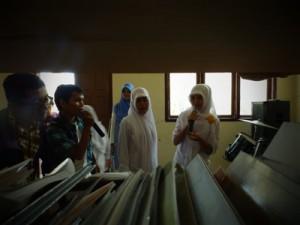 Anggota Sidom Blogger bernyanyi bersama siswi YPAC