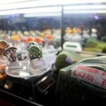 Atjeh Batee Festival di Hotel Hermes Palace, Banda Aceh yang berlangsung selama lima hari, mulai tiga Februari hingga delapan Februari 2015 di padati masyarakat dari berbagai kota. Pameran tersebut memperlihat berbagai jenis batu diantaranya, batu jenis akik indocrase lumut, cempaka madu, solar, black jade, dan berbagai jenis bahan batu lainnya. | Foto : Zuhri Noviandi
