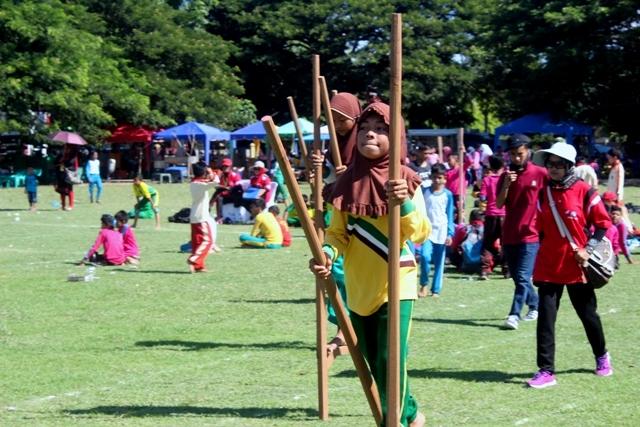 Siswa-siswi SD Meriahkan Festival Permainan Tradisional Anak 2015