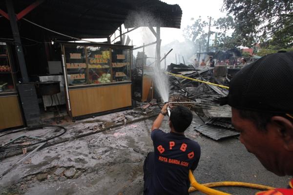 Petugas Kebakaran Berusaha Padamkan Api