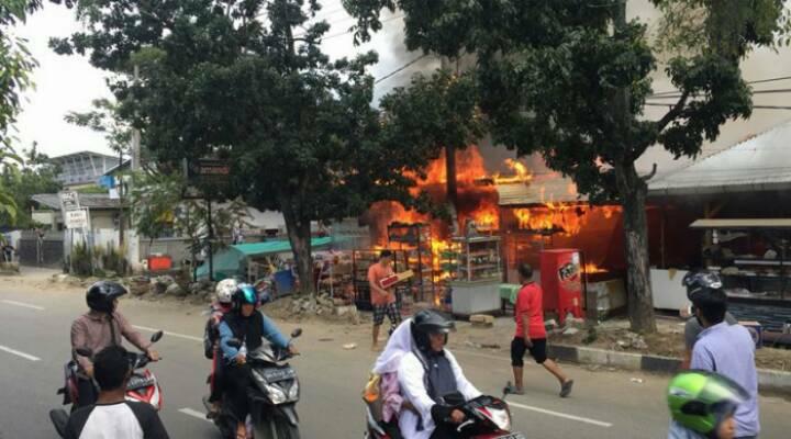 Empat Warung Samping RSUZA Habis Terbakar
