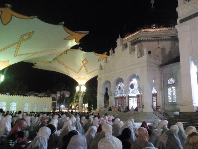 Khusyuk Tarawih di Masjid Raya Baiturrahman