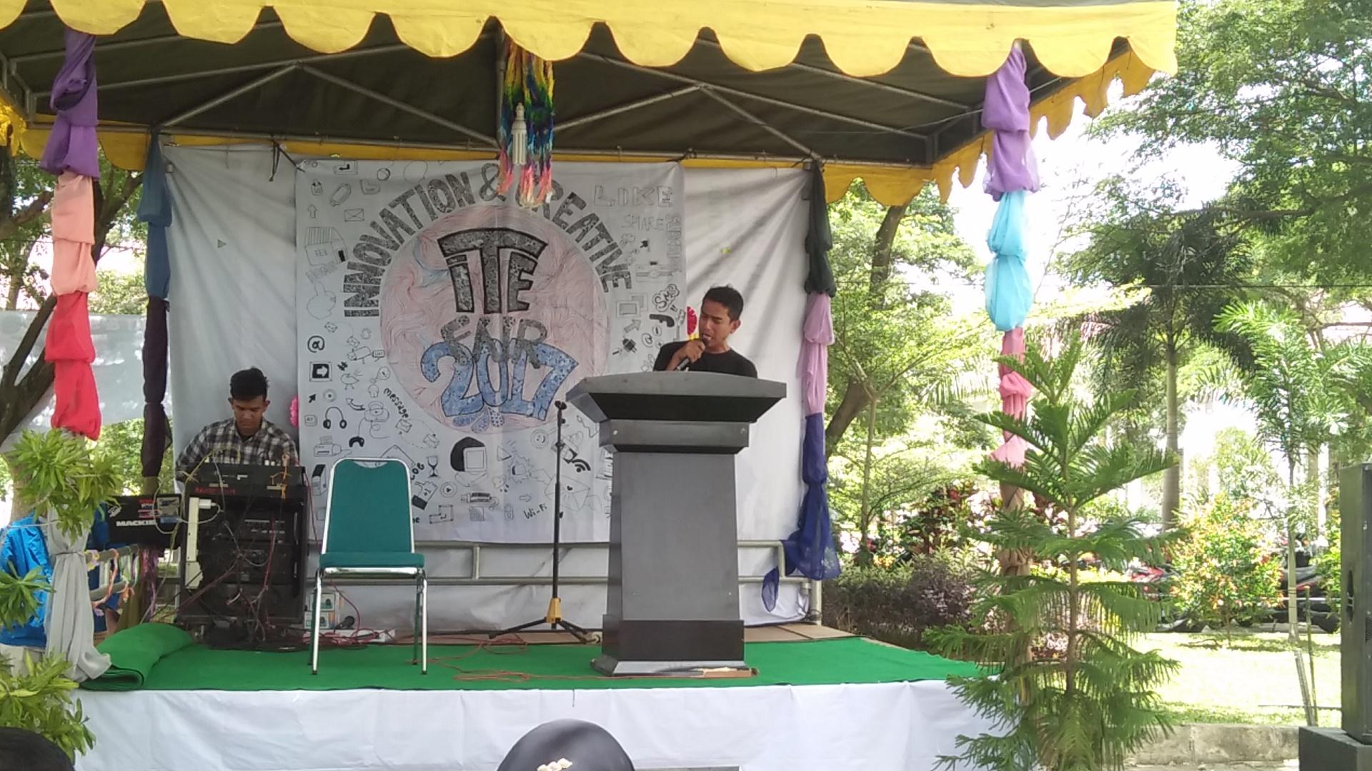 Ikon Kebersihan Nasional Baca Puisi pada Penutupan ITE Fair-2