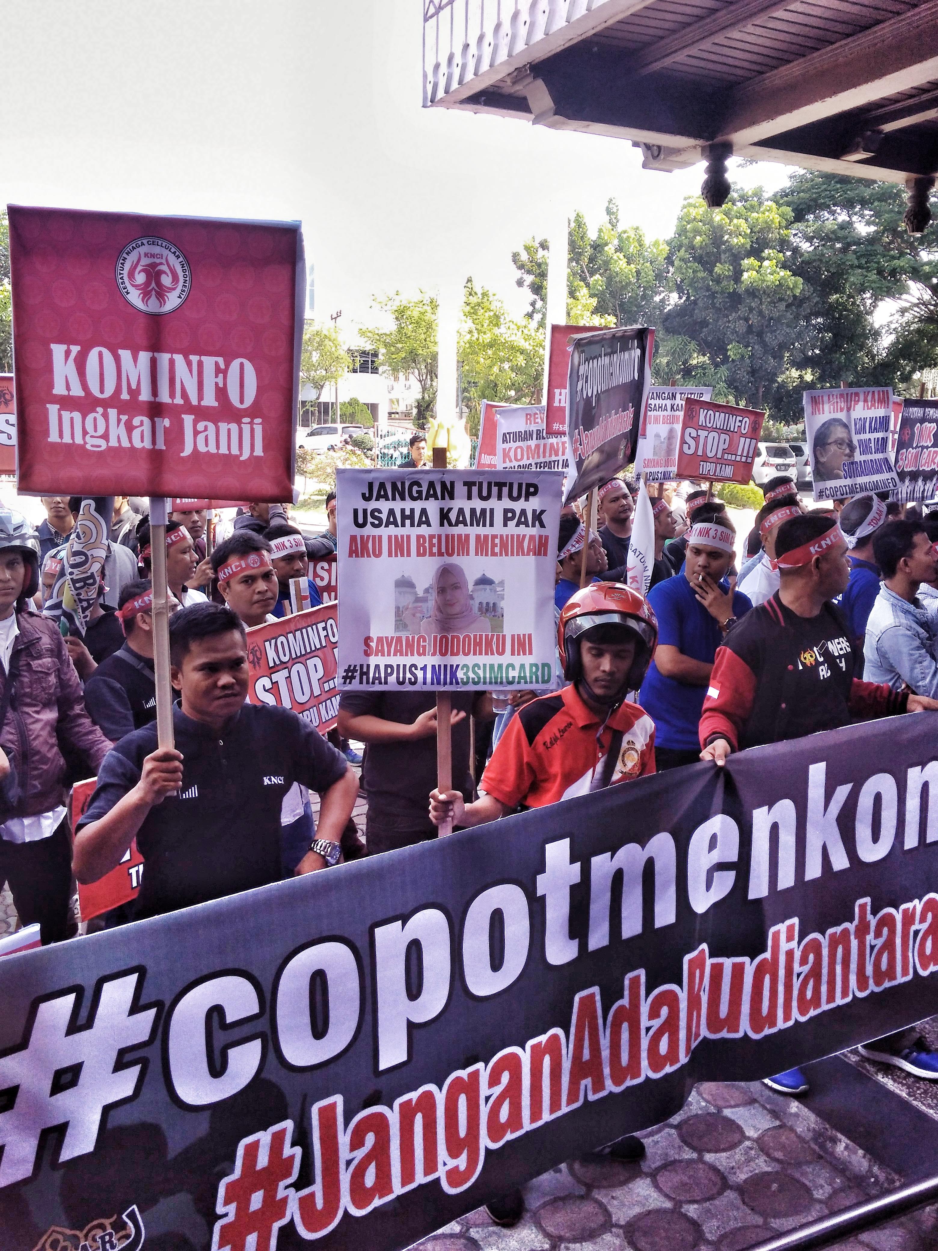 Terancam Gulung Tikar, Outlet Pulsa Demo Di Kantor DPRA