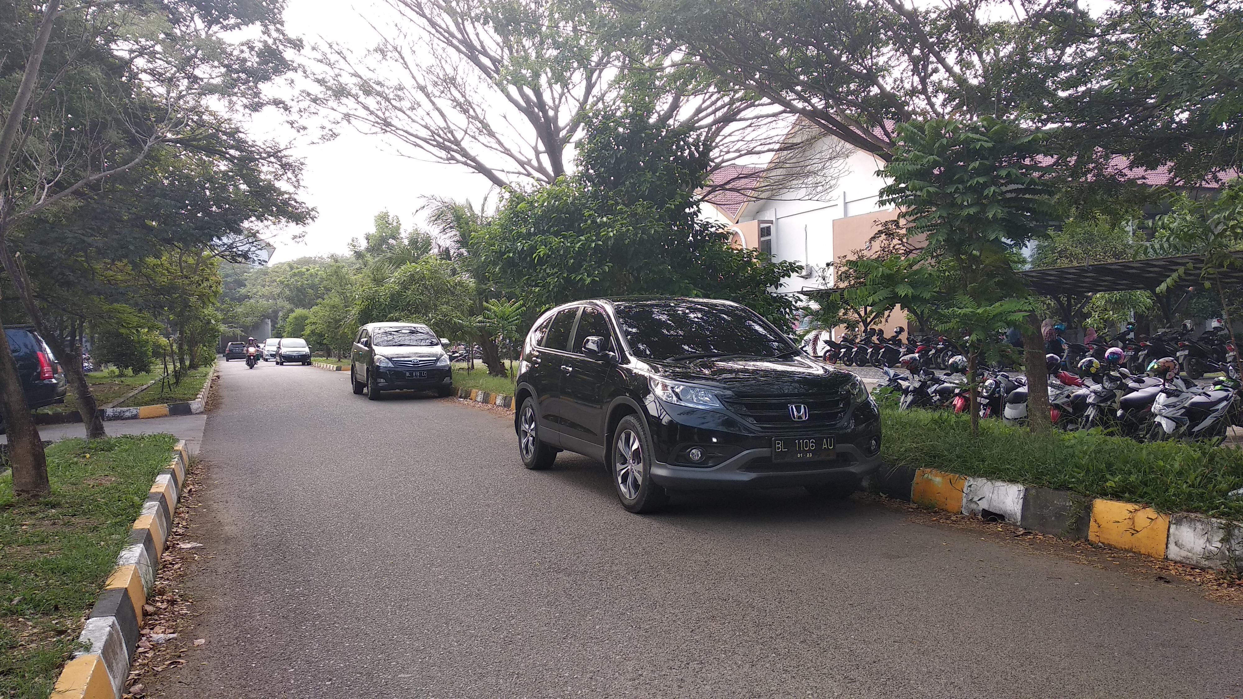 Mobil Parkir Dibadan Jalan, Mahasiswa Mengeluh