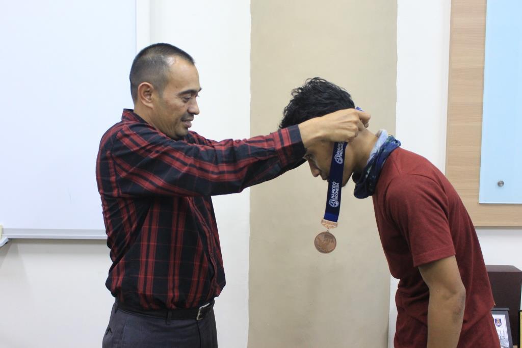 Bela Diri Hapkido UIN Ar-Raniry Serahkan Dua Medali ke Warek III