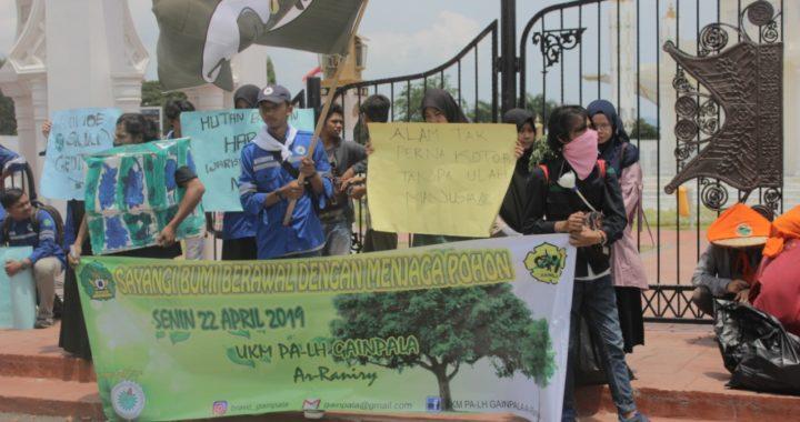 Peringati Hari Bumi, Aktivis Lingkungan Adakan Aksi Cabut Paku Pohon
