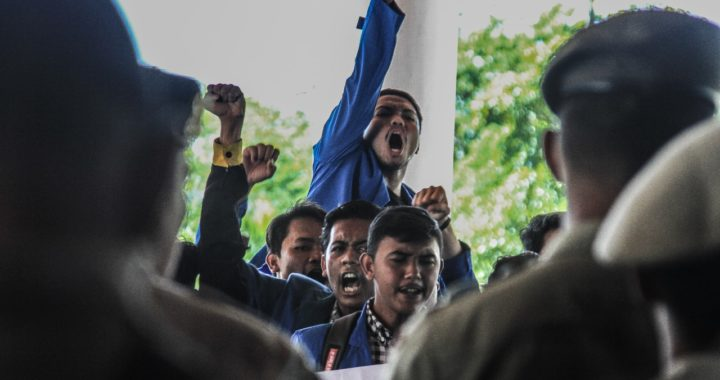 Foto-foto: Mahasiswa UIN Ar-Raniry Demo Tolak PT. EMM